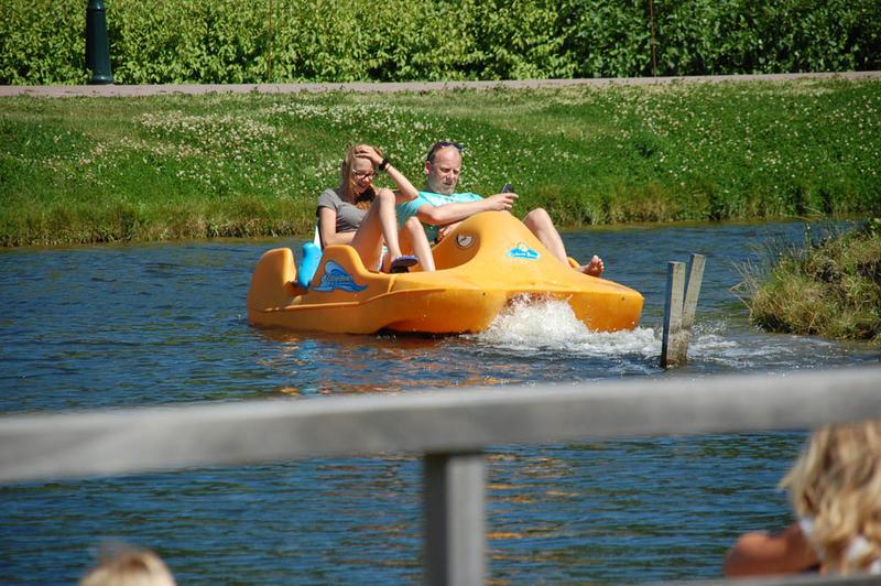 volwassenen op waterfiets deSwaan