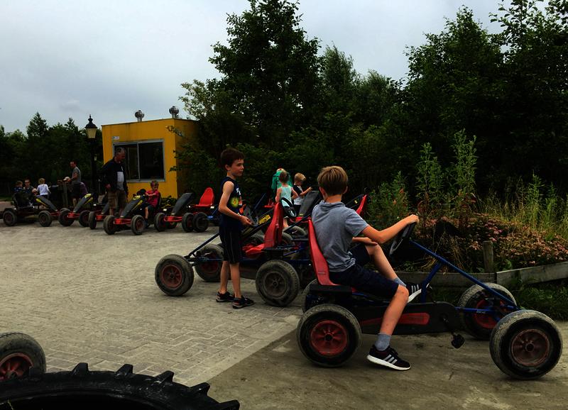 schoolreisjes buiten boven amsterdam