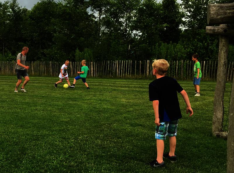 schoolreisje voetballen met meester